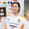 競泳の日本選手権女子50m自由形で優勝、今大会4冠を達成し表彰式で笑顔の池江璃花子