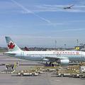 カナダ・モントリオールの空港に駐機するエア・カナダの旅客機(2018年5月1日撮影)。(c)Daniel SLIM / AFP