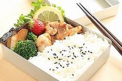 中国人が外出先で昼食を取る場合、保温が可能な弁当箱に入れて家から持参した温かい料理を食べるか、あるいは付近の飲食店で食事をとったり、出前を頼んだりするのが一般的だ。(イメージ写真提供:123RF)