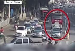16日、人民網の中国版ツイッター・微博アカウントは、広西チワン族自治区で緊急出動中の消防車に道を譲らなかったとしてタクシードライバーが交通警察から処罰を受けたと報じた。