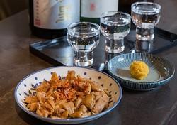 酒の九州 / 「おいしい九州の酒と食」に特化した店で、日本酒の呑み比べ(3種類で1000円)もできる。ペースト状の生カラスミ(500円)や味付鶏かわ(500円)などつまみと共に召し上がれ