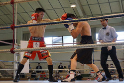 日本フライ級王者のユーリ阿久井政悟(左、赤)は藤北誠也を判定で下して初防衛に成功