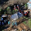 台風19号による土砂崩れで家屋が倒壊した現場で、捜索活動が行われていた=2019年10月13日午前8時2分、群馬県富岡市、朝日新聞社ヘリから、仙波理撮影