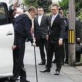 佐々木一家事務所に到着し、車を降りる高山清司若頭=令和元年10月18日午前10時23分、名古屋市南区