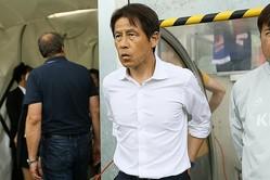 代表指揮官就任後、初白星を手にした西野監督。2ゴールを決めた乾を称えた。写真:滝川敏之(サッカーダイジェスト写真部)