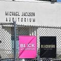 米カリフォルニア州ハリウッドにあるガードナーストリート小学校の「マイケル・ジャクソン講堂」(2019年4月25日撮影)。(c)Frederic J. BROWN / AFP
