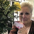 亡くなった夫からの贈り物に涙する女性(画像は『Deb Taylor Tenney 2020年2月13日付Facebook「Today I got a special delivery straight from heaven.」』のスクリーンショット)
