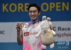 バドミントン、韓国オープン。男子シングルスを制し、表彰式で笑顔を見せる桃田賢斗(2019年9月28日撮影)。(c)Jung Yeon-je / AFP