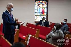 米デラウェア州の教会を訪れ、聖職者や活動家らと面会するジョー・バイデン前副大統領(左端、2020年6月1日撮影)。(c)JIM WATSON / AFP