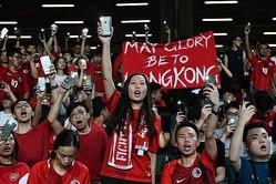 """試合前、中国国歌を拒んで""""自分たちの国歌""""を熱唱する香港サポーターたち。この抗議活動も世界中のメディアに取り上げられた。(C)Getty Images"""