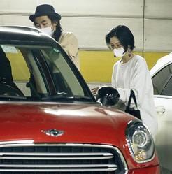 買い物を終え、車に戻る新婚ホヤホヤの柄本時生&入来茉里。挙式はまだだが、なんとも幸せそうであった