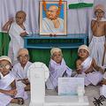 ガンジーのコスチュームで生誕150年を祝う子どもたち (写真:ZUMA Press/アフロ)