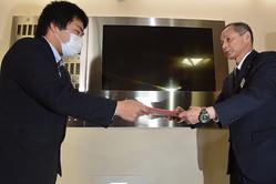 インターネットとゲームを規制する条例案の撤回を求め、香川県議会事務局に反対署名を提出する男子高校生(左)=高松市番町4で2020年1月31日、金志尚撮影