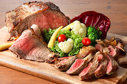 この「肉食べ放題」がオトク! 牛ステーキ&ローストビーフ含む約30種を好きなだけ