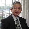 小山 昇(こやま・のぼる)  株式会社武蔵野代表取締役社長  「大卒は2人だけ、それなりの人材しか集まらなかった落ちこぼれ集団」を15年連続増収の優良企業に育てる。「数字は人格」をモットーに、700社以上を指導。5社に1社が過去最高益、倒産企業ゼロとなっているほか、年間240回以上の講演・セミナーを開催。日本で初めて「日本経営品質賞」を2回受賞(2000年度、2010年度)。2017年にはJR新宿ミライナタワーにもセミナールームをオープンさせた。『朝30分の掃除から儲かる会社に変わる』、『強い会社の教科書』、『【決定版】朝一番の掃除で、あなたの会社が儲かる!』、『1日36万円のかばん持ち』、『残業ゼロがすべてを解決する』などベスト&ロングセラー多数。