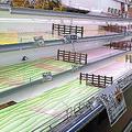 品薄になったスーパーの棚(13日、上越市で)