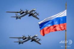 ロシアの首都モスクワで、軍事パレードのリハーサルに登場したTu95戦略爆撃機(2018年5月4日撮影、資料写真)。(c)Yuri KADOBNOV / AFP
