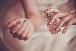 クラクラする…♡モテる女子が使う「惚れさせる香水」4選