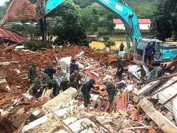 土砂崩れが起きたベトナム中部クアンチ省で、行方不明者の捜索に当たる兵士ら。国営ベトナム通信提供(2020年10月18日撮影、公開)。(c)STR / Vietnam News Agency / AFP
