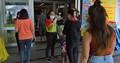 バンコク市内のスーパー入り口。来客者すべてを検温。こうした風景は今や当たり前のものとなった 写真:高田胤臣(以下同)