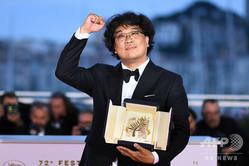 第72回カンヌ国際映画祭で、パルムドールの受賞を喜ぶ、映画『パラサイト』のポン・ジュノ監督(2019年5月25日撮影)。(c)LOIC VENANCE / AFP