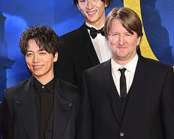 山崎育三郎(左)とトム・フーパー監督(右)