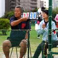 小学生の軟式野球の公式戦で球数を数える保護者=10月、東京都大田区・多摩川緑地野球場