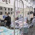 中国湖北省武漢市の臨時収容施設に収容された新型コロナウイルスによる肺炎の軽症患者(AFP=時事)