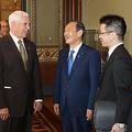 官房長官として訪米し、ペンス米副大統領(右から3人目)と談笑する菅義偉新首相(同2人目)=2019年5月10日、ワシントン(在米国日本大使館提供)