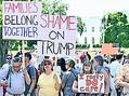 (写真)ホワイトハウス前で「家族を一緒に」などと訴えるデモ参加者ら=6月30日、米首都ワシントン(池田晋撮影)