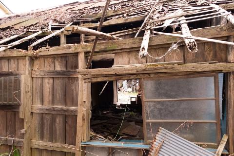 画像】近所の「あばら家」、風雨のたびに「屋根の切れ端」が飛び散って ...