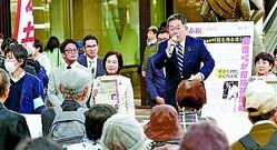 (写真)訴える小池晃書記局長。その左は畑野君枝衆院議員=16日、横浜市の横浜駅前