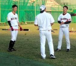 石井野手総合コーチ(中央)にアドバイスを受ける若林(左)と山本