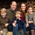 英王室が16日に公開した、今年のクリスマスカードに使われるウィリアム王子とキャサリン妃、ジョージ王子(前列左)、シャーロット王女(前列右)、ルイ王子(前列中央)の写真。英イングランド・ノーフォーク州の別邸アンマー・ホールで(撮影日不明)。(c)AFP PHOTO / KENSINGTON PALACE  / MATT PORTEUS