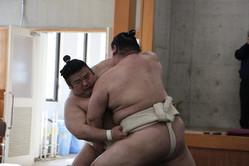 貴景勝(左)は正代と13番の相撲をこなした