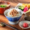 納豆専門店「二代目福治郎」の「鶴の子納豆」は30グラムが2食入って税込み594円。厳選した豆を使って手作りし、価格は高めだ=同社提供