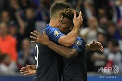 サッカー欧州選手権予選、グループH、フランス対アルバニア。チームメートのオリヴィエ・ジルー(左)と得点を喜び合うフランスのキングスレイ・コマン(2019年9月7日撮影)。(c)Lionel BONAVENTURE/AFP