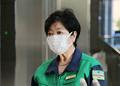 退庁時に記者団の取材に応じる東京都の小池百合子知事=10日午後、都庁