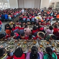中国の小学校の食事風景(2017年2月、AFP=時事)
