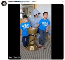 井上から借りたトロフィーを息子たちに見せるドネア