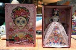 「カトリーナ」をモチーフにしたバービー人形。メキシコの首都メキシコ市にある博物館「Museum of the Old Mexican Toy」で(2020年10月20日撮影)。(c)ALFREDO ESTRELLA / AFP