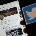 ドナルド・トランプ米大統領のツイッター投稿を背景に、携帯電話に表示されたツイッターのロゴ(2020年5月27日撮影、資料写真)。(c)Olivier DOULIERY / AFP