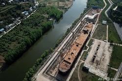 中国・四川省大英県で建造中のタイタニック号の実物大レプリカ(2021年4月27日撮影)。(c)NOEL CELIS / AFP