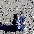 米国で海辺で散歩中に泥にはまってしまった女性 九死に一生を得る