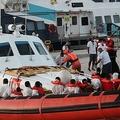 イタリア・ランペドゥーザ島の港で移送される移民ら(2020年8月29日撮影)。(c)Mauro Seminara / AFP