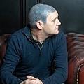 がん治療によって失った髪の毛の代わりにタトゥーを入れた男性(画像は『The Sun 2019年11月12日付「'TOTAL NIGHTMARE' Cancer survivor left with permanent blue scalp after 'botched' £250 fake hair tattoo」(Credit: Mirrorpix)』のスクリーンショット)