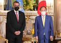 世界保健機関(WHO)のテドロス事務局長(左)との会談に臨む菅義偉首相=22日、東京都港区の迎賓館