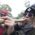 カナダ・トロントのトリニティ・ベルウッズ・パークで行われた大麻使用の合法化を祝うパーティーで大麻を吸う女性(2018年10月17日撮影、資料写真)。(c)Geoff Robins / AFP