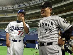 阪神監督時代の野村克也さん。左は後を継ぐ星野仙一さん=平成13年