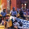 米ミネソタ州ミネアポリスで、黒人男性のジョージ・フロイドさんが警官に首を膝で押さえつけられて死亡したことに抗議するデモ参加者にペッパースプレーを噴射するミネアポリス警察の警官ら(2020年5月27日撮影)。(c)Kerem Yucel / AFP